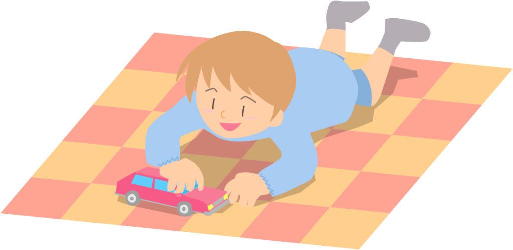 トミカのミニカーで遊ぶ子供