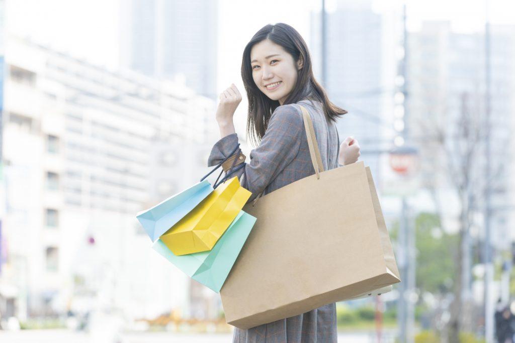 買い物を楽しむ女性の画像